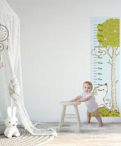 Miarka wzrostu z drzewem na tapecie samoprzylepnej
