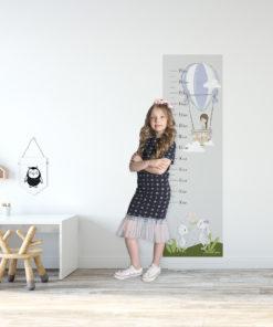 Samoprzylepna fototapeta z miarką wzrostu i dziewczynką w balonie