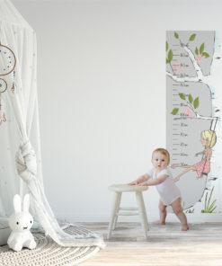 Miarka wzrostu dziewczynka i drzewo