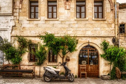 Tapeta skuter i budynek z kamienia