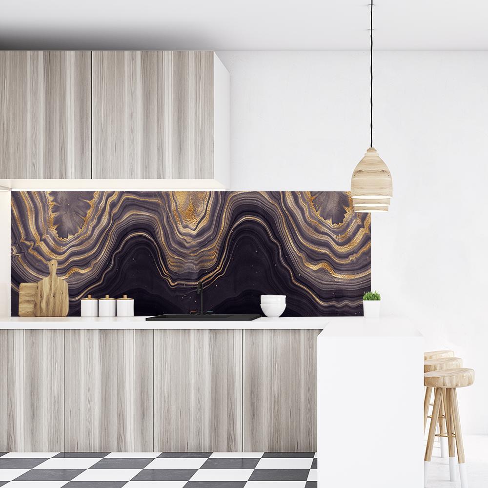 tapeta ze złotymi wzorami na granatowym tle na ścianę