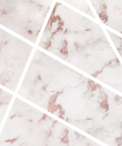ścienna dekoracja jako różowy marmurek i białe paseczki