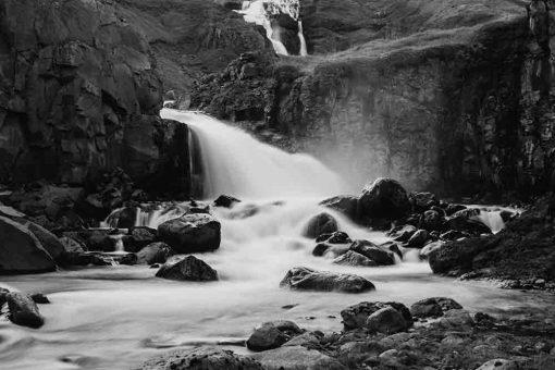 Fototapeta z wodospadem między skałami